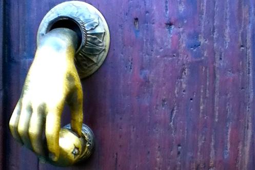 Denise Noël - Photo d'une main par une serrure qui tente d'ouvrir une porte.